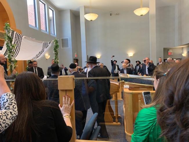 出席婚禮的男賓,一身黑衣黑帽。(作者提供)