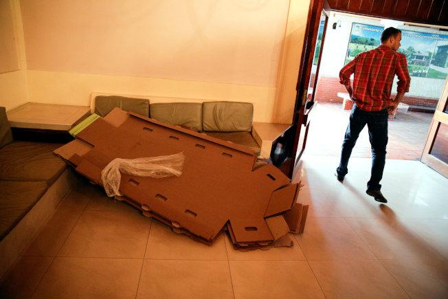 紙棺材扁平運送上門後才組裝,節省運費成本和倉儲空間。(路透)