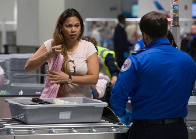 機場過安檢若不想被搜身,某些服飾最好避免。(Getty Images)