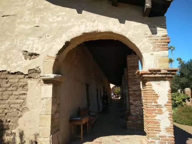 建築物仿佛還能看到當時西班牙殖民時期的歷史。(記者王全秀子/攝影)