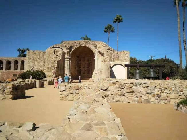 「Mission San Juan Capistrano」天主教堂現場供遊客參觀。(記者王全秀子/攝影)