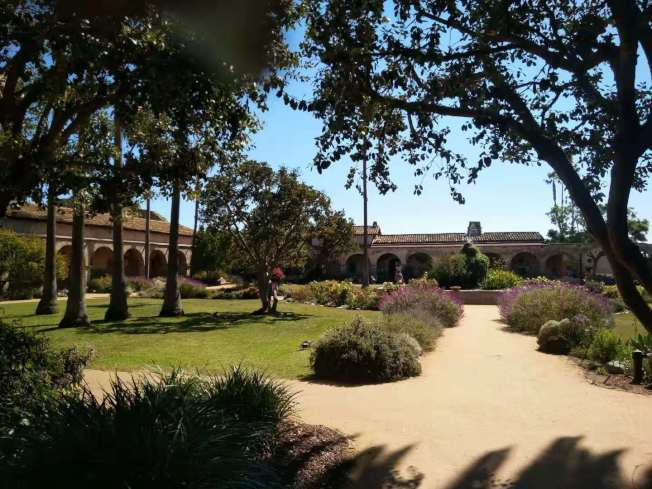 「Mission San Juan Capistrano」中間是個花園。(記者王全秀子/攝影)