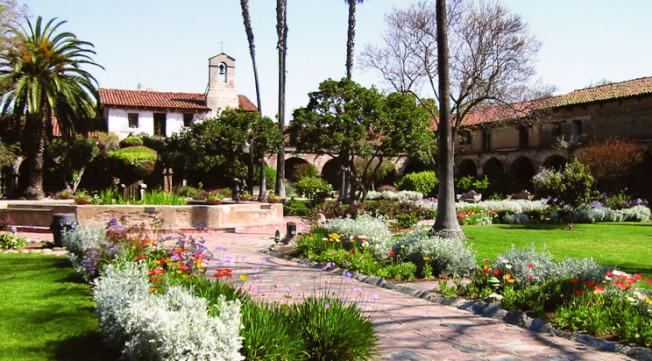 「Mission San Juan Capistrano」是當地最具盛名的天主教堂。(取自官網)