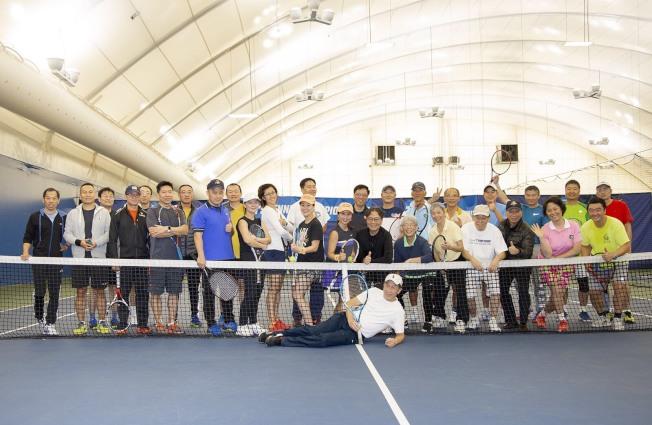 紐約華人網球協會(CATSNY)慶祝感恩節,日前在皇后大學室內網球場舉行組織了一場火雞節網球派對,六個球場共30位球友參加,盡興而歸。主辦方介紹,紐約華人網球協會成立於1990年,是非營利性組織,以球會友,增進華裔球友的友誼,活躍於社區。(圖與文:主辦方提供)