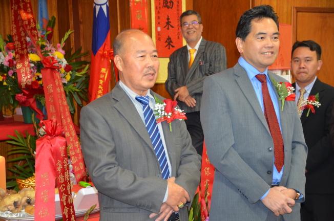 台山寧僑公會新任會長黎健强(左)和副會長鄺松齡。(記者王全秀子/攝影)