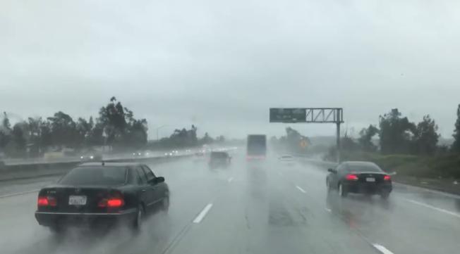 聖蓋博谷部分地區星期六下午仍有降雨。天氣預報周日開始多雲轉晴,到下周二之前都是多雲天氣。(記者楊青/攝影)