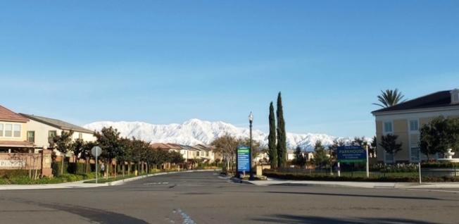 聖蓋博谷東區周六上午喜見雪山連綿,蔚為壯觀。(金女士提供)