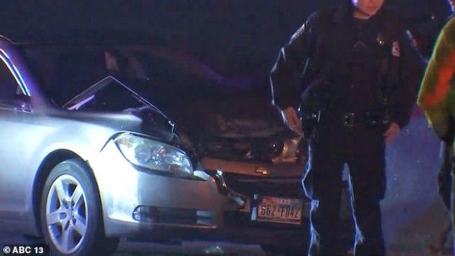 警方在離奇車禍現場處理善後。(ABC13電視台)