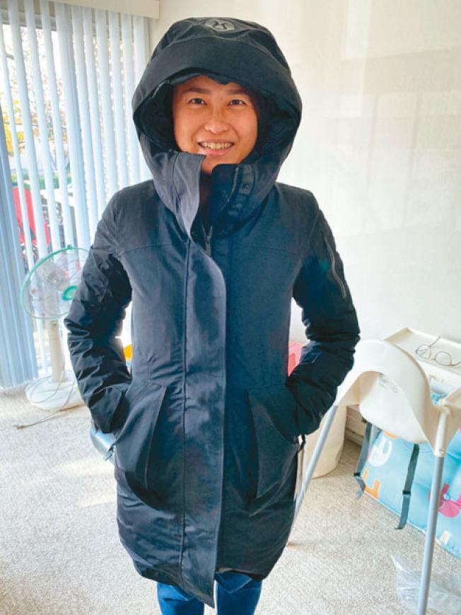 Irene Chen網購長版羽絨外套,不料因感恩節物流繁忙,貨品被送至德州,三周後才順利收到。(記者林亞歆/攝影)