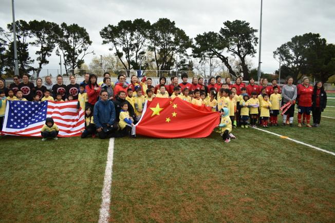 比賽開始前,來賓和兩隊球員共同出席奏美中兩國國歌儀式。(記者黃少華/攝影)