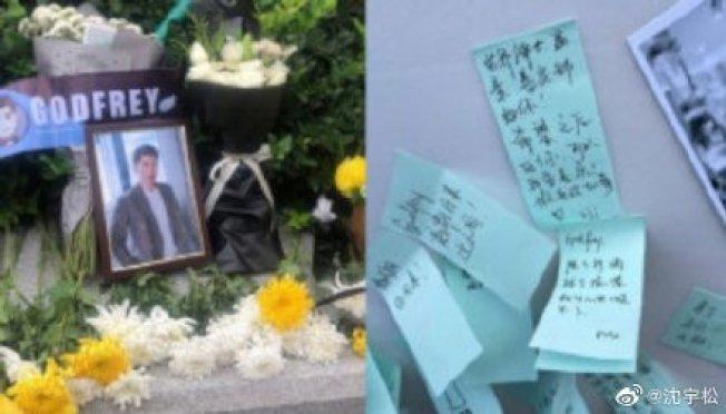 粉絲自發性在杭州殯儀館外貼上紙條悼念。(取材自微博)