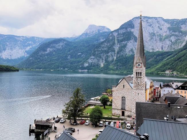哈修塔特小鎮湖畔教堂,優雅寧靜 。(記者張宗智/攝影)