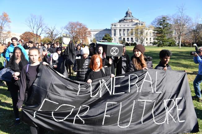 在華府的保護地球示威者,若不再採取行動,就等於是「為地球的未來送終」。(Getty Images)