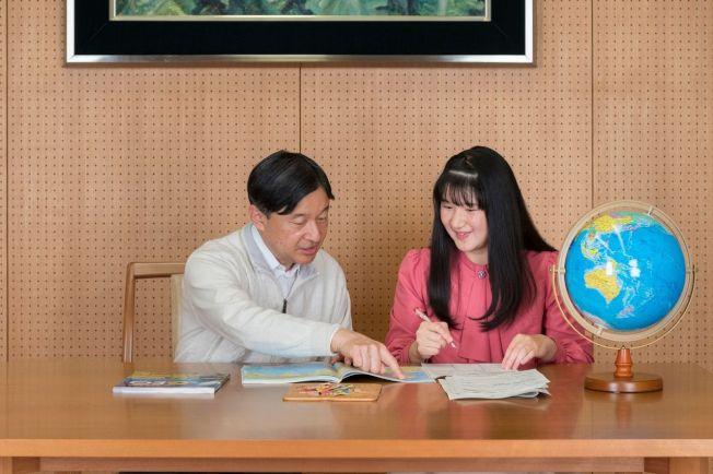 內廳上月25日發布的照片顯示,日皇德仁(左)與長女愛子(右)在皇居聊天。 圖╱GettyImages