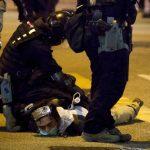 港示威者闖破壞商店 警追捕至少兩人被捕