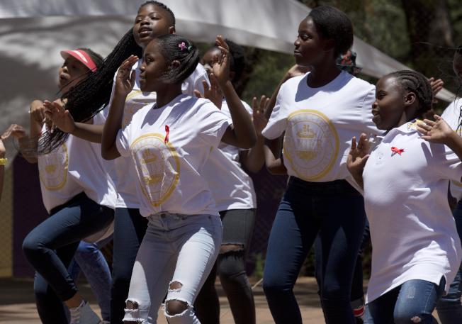 南非的學童在世界愛滋日這天別上紅絲帶以跳舞展現對AIDS的關心。美聯社