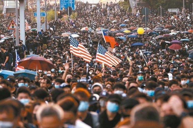 昨是香港區議會選舉後的首個周日,仍有大批民眾上街,要求港府回應五大訴求。 美聯社