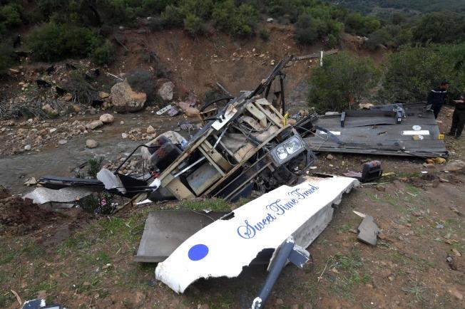 巴士的車體殘骸四散在河床上。(Getty Images)