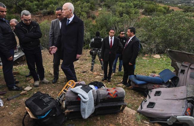 突尼西亞總統Kais Saied與相關人員抵達事故現場。(Getty Images)