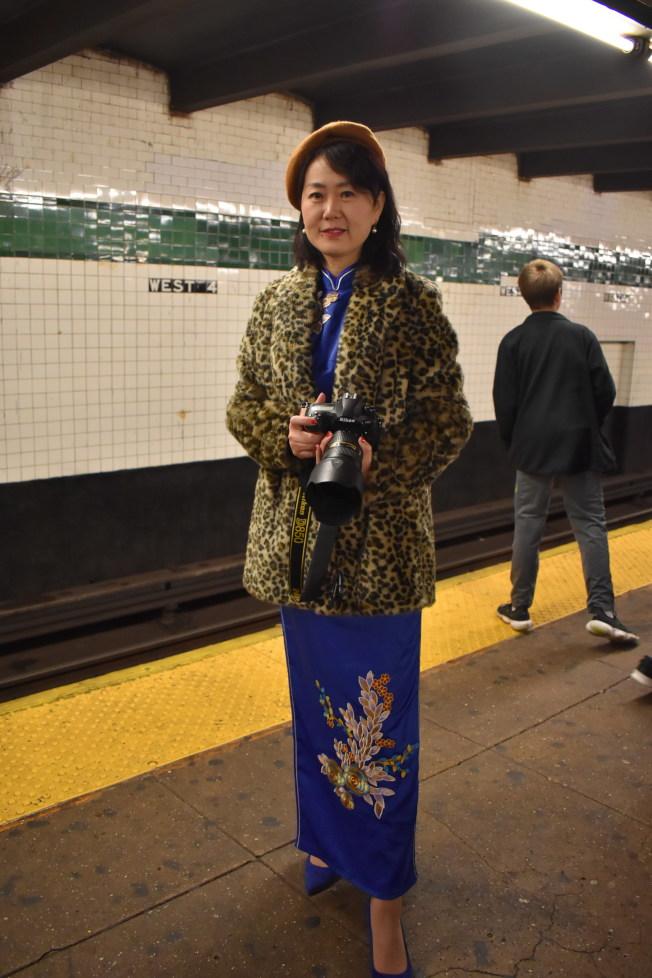 華人穿上復古旗袍,準備搭上假日懷舊地鐵。(記者顏嘉瑩/攝影)