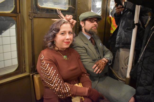 乘客精心打扮搭車。(記者顏嘉瑩/攝影)