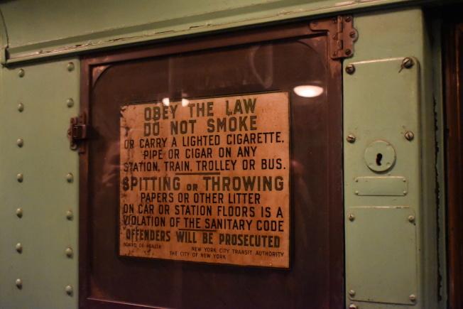 車上張貼的禁菸、禁止吐痰及亂丟垃圾標語。(記者顏嘉瑩/攝影)