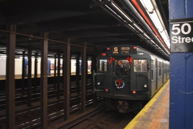 為了搭配節日,懷舊地鐵車頭也掛上聖誕花圈。(記者顏嘉瑩/攝影)