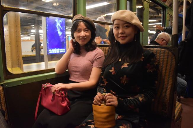 羅Jane(左)和陳Yuby為了搭乘懷舊地鐵,特別精心打扮。(記者顏嘉瑩/攝影)