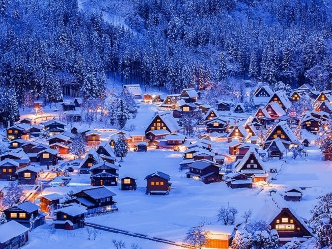 日本合掌村,宛如置身童話般的銀白世界。本報資料照片