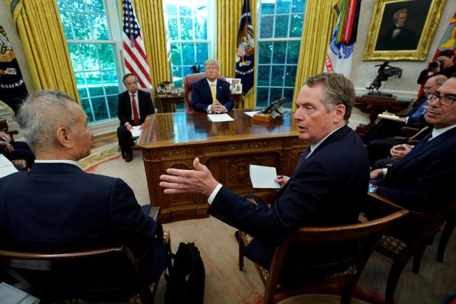 美國總統川普10月11日在白宮接見美中談判代表後,宣布美中達成第一階段貿易協議。然而至今協議文本都還未能談妥。  路透