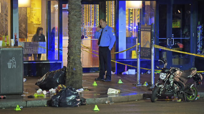 紐奧良市熱門觀光景點法國區運河街1日凌晨發生槍案,造成10人中彈受傷;事發後,警方在現場調查。(美聯社)