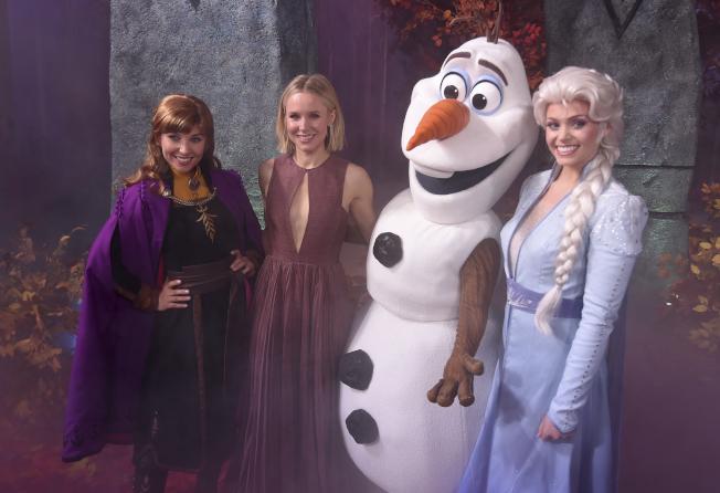 迪士尼經典動畫片「冰雪奇緣2」(Frozen 2)繼上映首周末在北美票房以1億2700萬元拿下第一名後,在第二周票房再以8530萬元續創佳績, 排名第一。 「冰雪奇緣」第一集也在感恩節假期上映,五天內席捲9300萬元,三個周末賺進6700萬元。 圖為電影「冰雪奇緣2」主角「安娜」的配音員克莉絲汀·貝爾(Kristen Bell,左二)出席洛杉磯杜比劇院的首映會,與其他角色合影。(圖:美聯社,文:編譯陳韻涵)