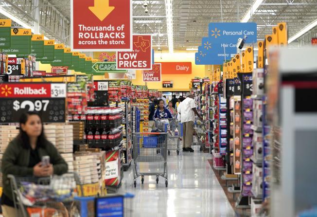 在「黑色星期五」之後,零售業者在「網購星期一」也推出另一波折扣商品。圖為休士頓一家沃爾瑪店。(美聯社)