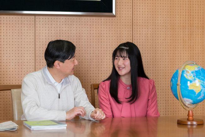 日本愛子公主(右)1日慶祝十八歲生日,圖為他和父親日皇德仁11月25日在住所合照。(Getty Images)