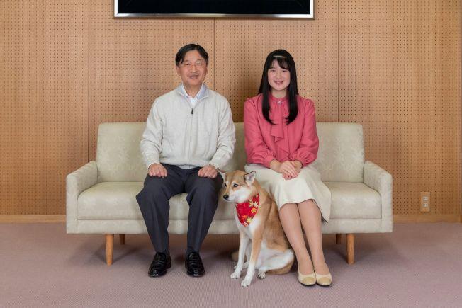 日本愛子公主(右)1日慶祝18歲生日,圖為他和父親日皇德仁11月25日在住所合照。(Getty Images)