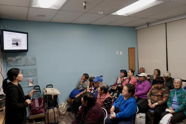 洛杉磯阿茲海默症亞裔服務總監葉安婕(左)向華裔民眾講解與阿茲海默症患者相處之道。(記者陳開/攝影)
