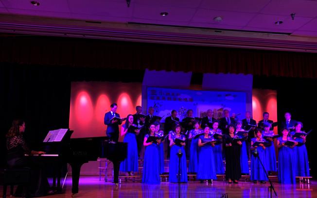 空小校友演唱會1日舉辦。第一排右三為團長黃燕華。(記者張越/攝影)