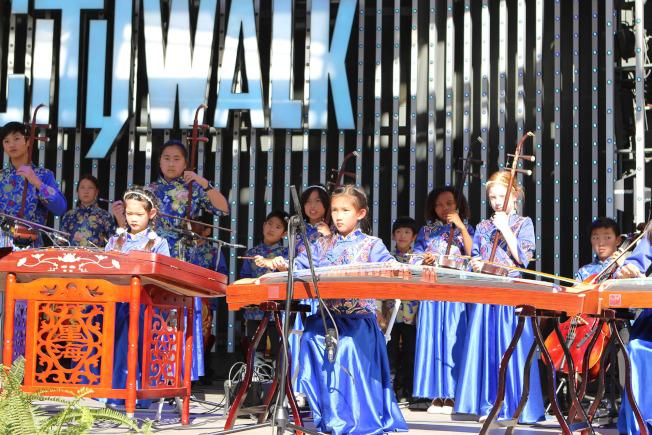 學生用中國古典樂器演藝流行曲目,中西結合。(小時代兒童國樂團提供)
