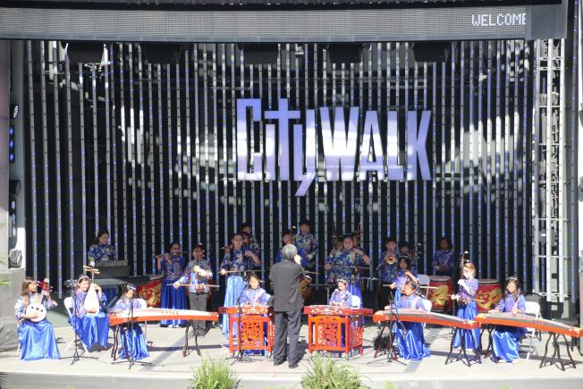 小時代兒童國樂團在環球影城表演。(小時代兒童國樂團提供)