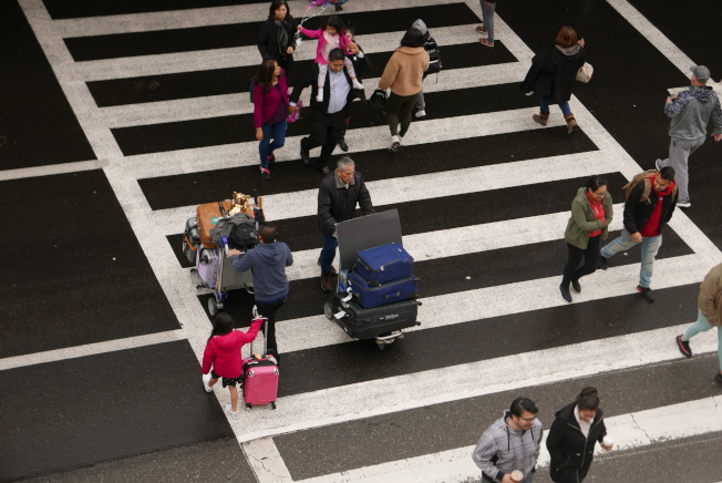 感恩節當天進出洛杉磯國際機場的旅客依然多,機場內交通堵塞還是嚴重。(記者李雪/攝影)