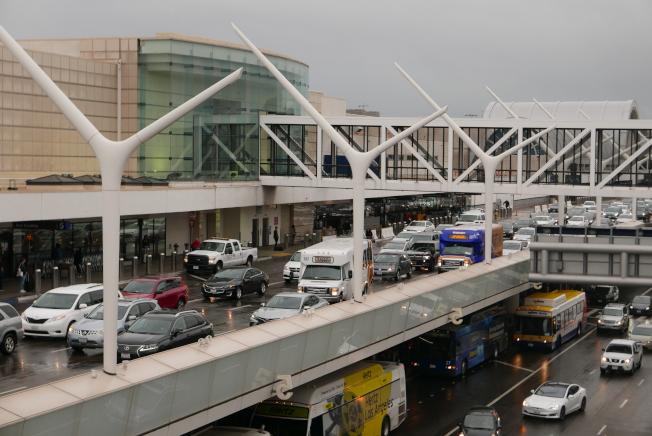 洛杉磯國際機場迎來節假日出行高峰,機場內交通堵塞依舊嚴重。(記者李雪/攝影)