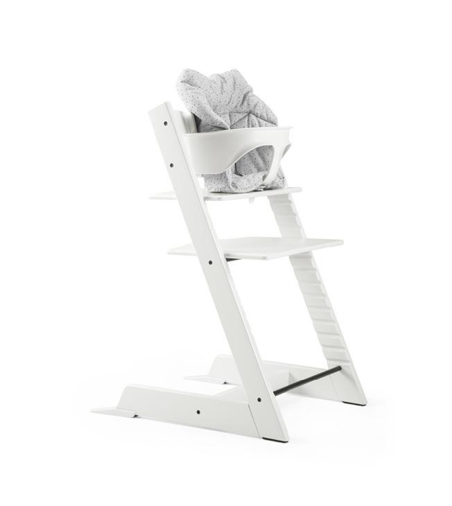 白色Tripp Trapp成長椅與Baby Set成長椅搭配護圍,適用滿六個月的寶寶。(圖:Stokke提供)