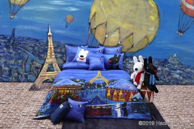 麗莎和卡斯柏聯名系列的夜遊小巴黎款式,藍色星空下增添睡眠氛圍。(圖:La mode提供)_