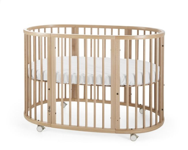 Sleepi嬰兒床配合可上鎖滑輪,床墊托架可調校高度,添購護欄,改換大張床墊,隨著嬰兒長大,床也跟著長大。(圖:Stokke提供)