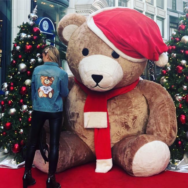 大熊玩偶比人高。(記者張宏/攝影)