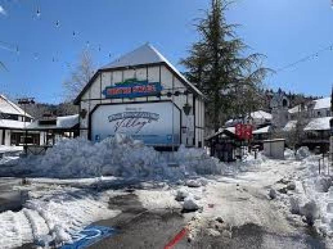11月30日的大雪,造成箭頭湖地區1萬多戶住家斷電,大雪也造成18號公路與330號公路封路,對外交通中斷。(箭頭湖臉書)