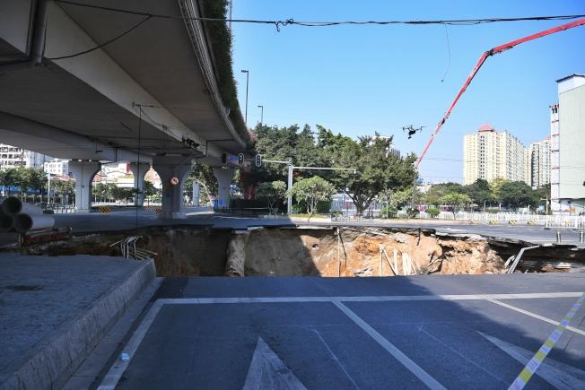 廣州地鐵十一號線沙河站施工區域發生地面塌陷。(中新社)