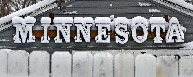 暴風雪來襲,明尼蘇達州聖克勞德市的一個招牌上積雪數吋。(美聯社)