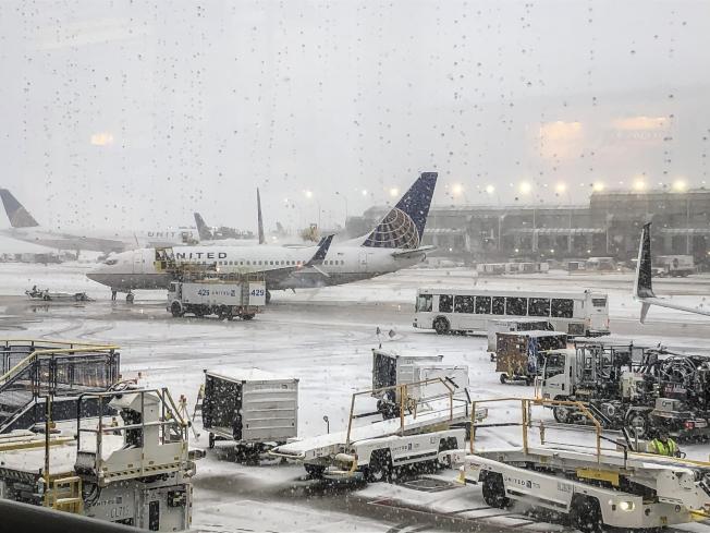 感恩節收假日,全美逾7000航班延誤及取消,圖為芝加哥歐海爾機場積雪難清除。 (美聯社)