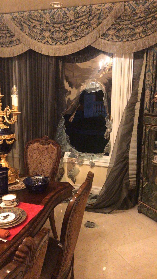 西柯汶納市一華人居民家29日晚遭遇入室竊盜,圖為被歹徒砸毀的廚房玻璃窗。(受害者提供)